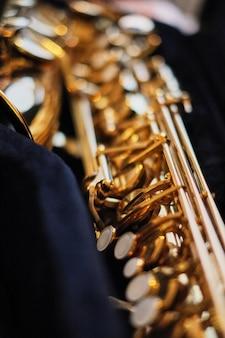 Sluit omhoog van een saxofoon