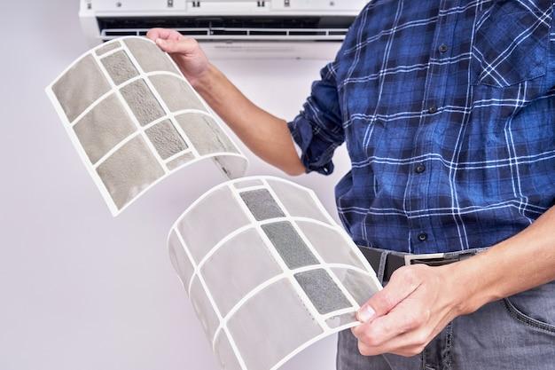 Sluit omhoog van een schoon en vuil filter. home airconditioner vervangen en schoonmaken concept