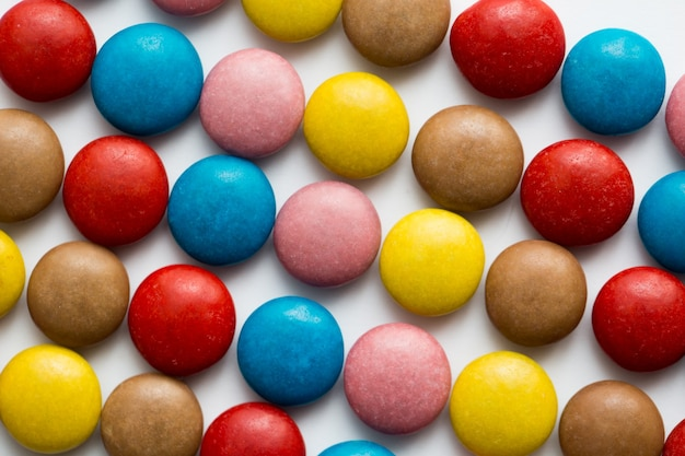 Sluit omhoog van een stapel van kleurrijk met chocolade bedekt suikergoed, chocoladepatroon, chocoladeachtergrond