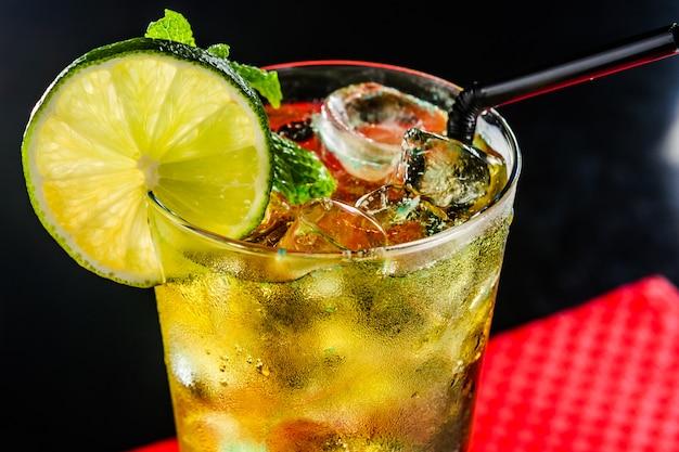 Sluit omhoog van een tropische cocktail die met vers fruit wordt verfraaid.