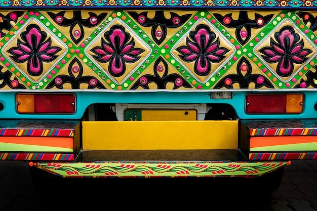 Sluit omhoog van een verfraaide pakistaanse vrachtwagen