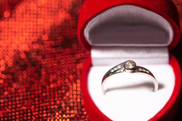 Sluit omhoog van een verlovingsring met diamanten, liefdeconcept