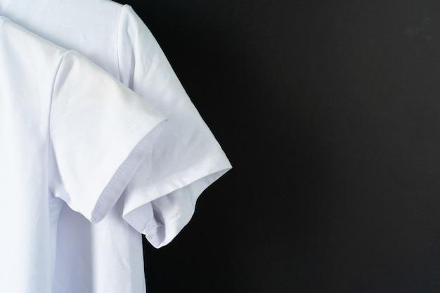 Sluit omhoog van een witte kleurent-shirt, exemplaarruimte