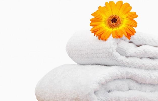 Sluit omhoog van een zonnebloem op witte handdoeken