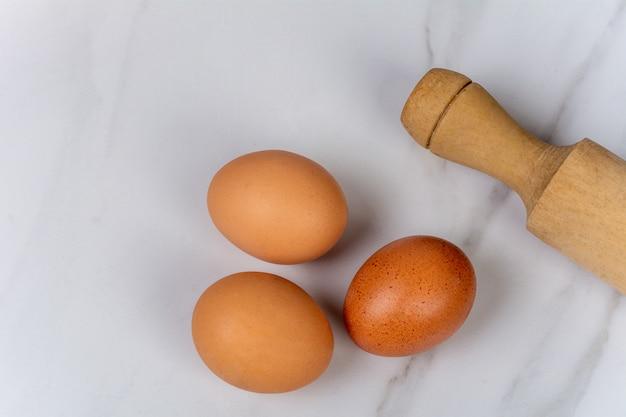 Sluit omhoog van eieren en deegrol