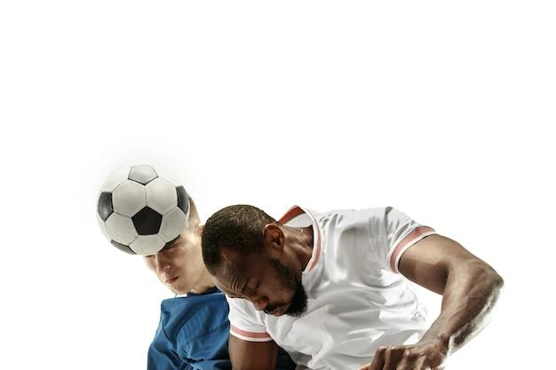 Sluit omhoog van emotionele mensen die voetbal spelen die de bal met het hoofd op geïsoleerde op witte muur raken. voetbal, sport, gezichtsuitdrukking, concept van menselijke emoties. copyspace. vecht voor het doel.