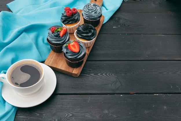 Sluit omhoog van enkele decadente gastronomische cupcakes die met een verscheidenheid van glazuuraroma's worden berijpt