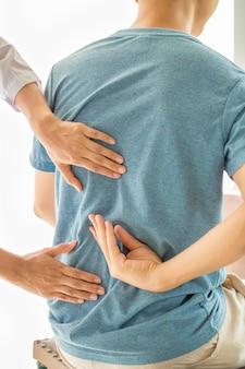 Sluit omhoog van fysiotherapeut die met patiënt in kliniek werken