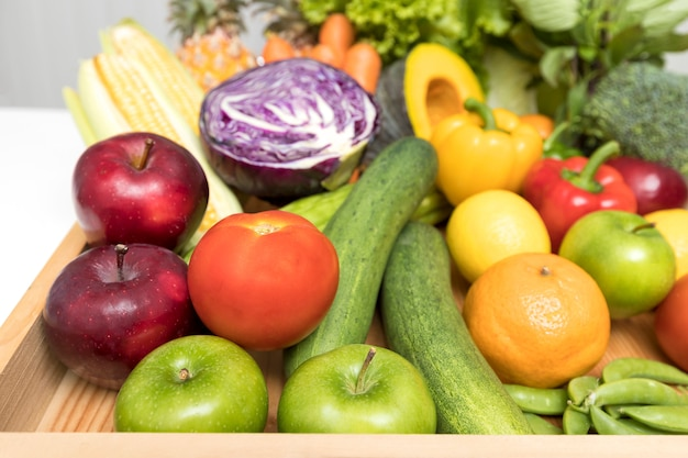 Sluit omhoog van geassorteerde vruchten, groenten en kruid.