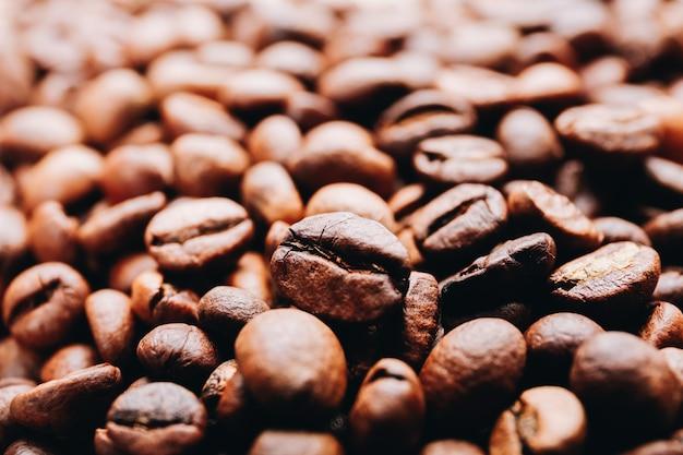Sluit omhoog van gebrande koffiebonen.