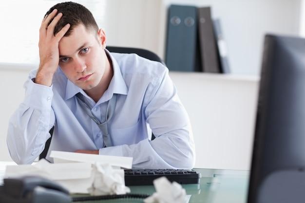 Sluit omhoog van gefrustreerde zakenman die zijn boekhouding doen