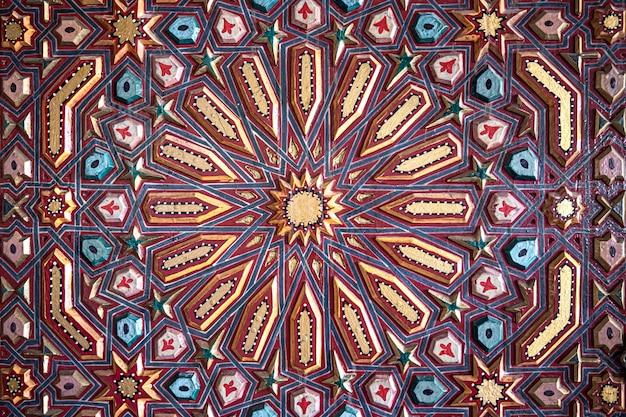 Sluit omhoog van gekleurd ornament op hout in traditionele oosterse stijl.