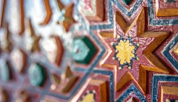 Sluit omhoog van gekleurd ornament op hout in traditionele oosterse stijl