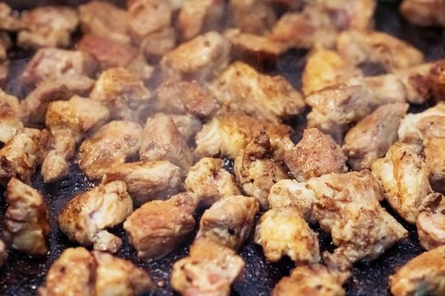 Sluit omhoog van gekookt varkensvlees, thais barbecuegrillvarkensvlees op heet panbuffet