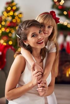 Sluit omhoog van gelukkige moeder en dochter
