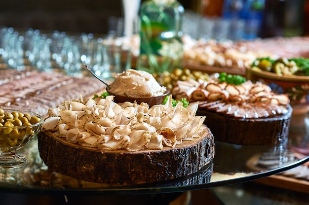 Sluit omhoog van gesneden kruidige reuzel op een houten plaat op de lijst bij het restaurant.