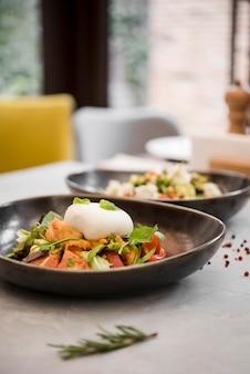 Sluit omhoog van gezonde gediende salades
