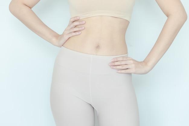 Sluit omhoog van gezonde vrouw toon slank lichaam
