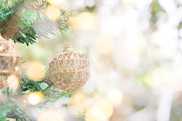 Sluit omhoog van gouden bal voor kerstmis of nieuwjaardecoratieachtergrond