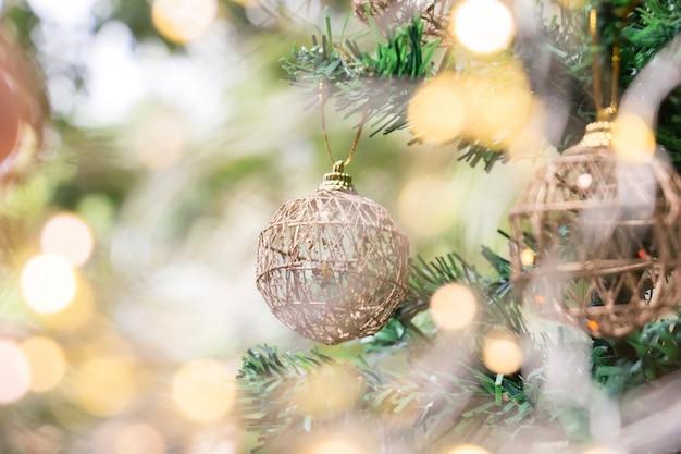 Sluit omhoog van gouden bal voor kerstmis op vage lichten