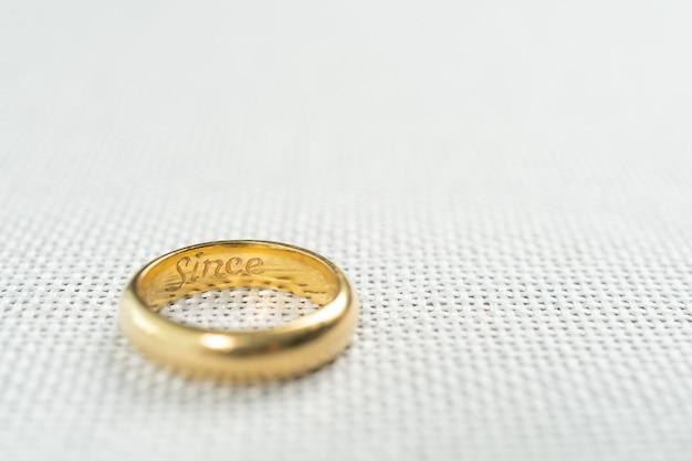 Sluit omhoog van gouden ringen voor huwelijk op witte zak