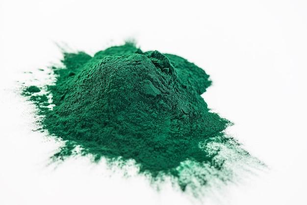Sluit omhoog van groen spirulinapoeder met exemplaarruimte