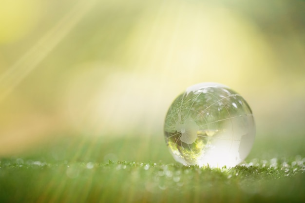 Sluit omhoog van groene planeet in uw handen. red de aarde.