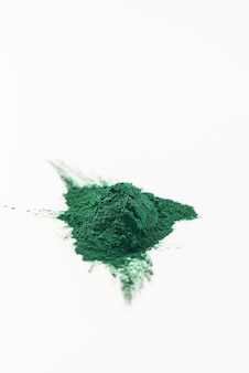 Sluit omhoog van groene spirulina met coyp-ruimte