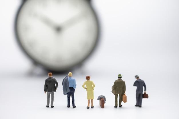 Sluit omhoog van groep zakenman en vrouwen miniatuurcijfermensen