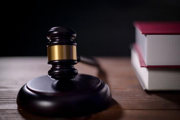 Sluit omhoog van hamerrechter in rechtszaal