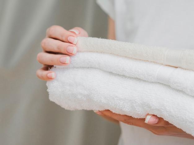 Sluit omhoog van handdoeken die in handen worden gehouden
