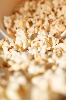 Sluit omhoog van heerlijke en kleurrijke popcorn. concept van zoete of zoute popcorn.
