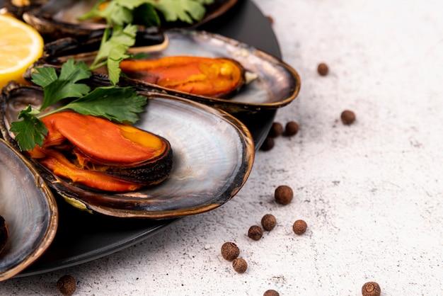 Sluit omhoog van heerlijke gastronomische mosselen