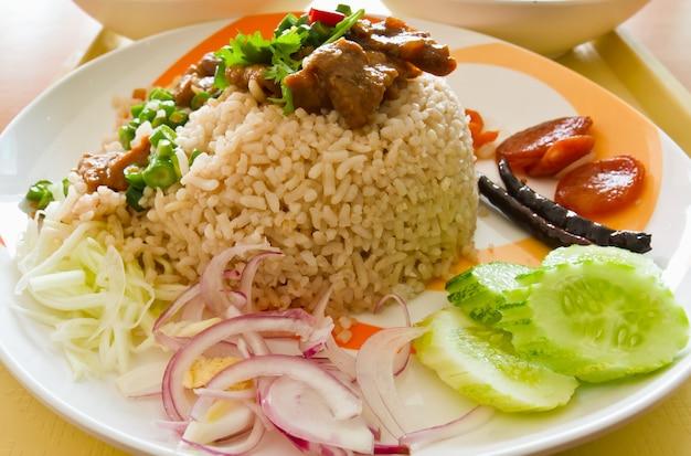 Sluit omhoog van heerlijke gebraden rijst thaise stijl met groenten