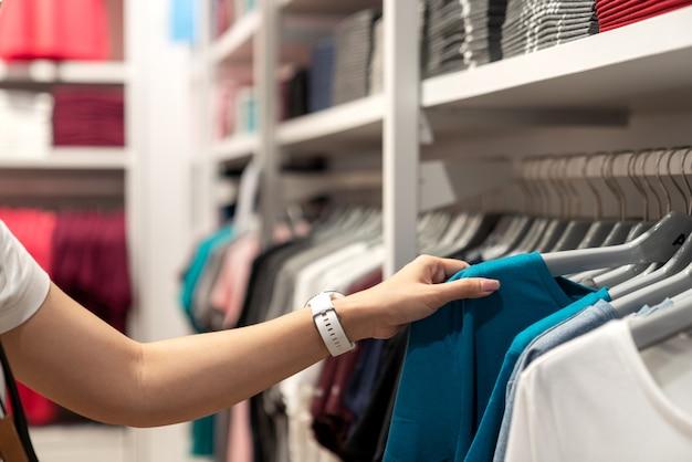 Sluit omhoog van het aziatische vrouwenhand winkelen.