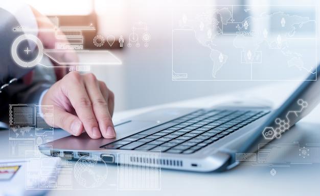 Sluit omhoog van het bedrijfsmens typen op laptop conputer met het effect van de technologielaag