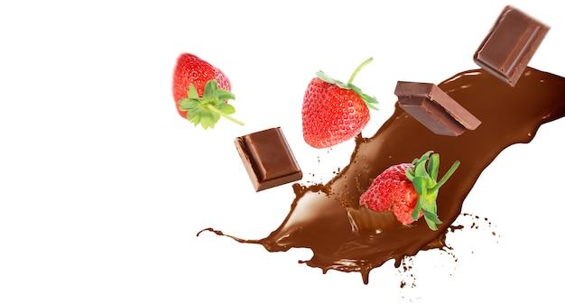 Sluit omhoog van het bespatten van de aardbei in melk chocolateon