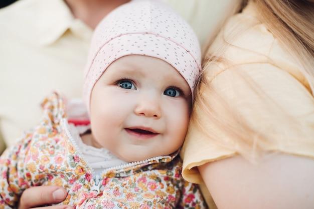 Sluit omhoog van het gezicht van de verraste baby met licht geopende mond