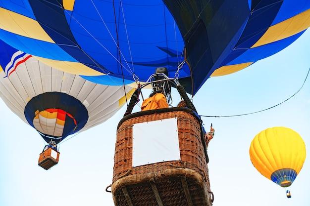 Sluit omhoog van het heteluchtballondeel dat voor vlucht wordt voorbereid