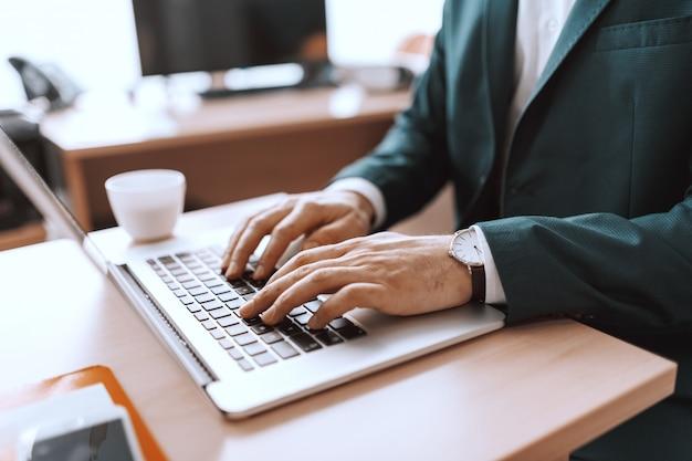 Sluit omhoog van het kaukasische zakenman typen op toetsenbord.