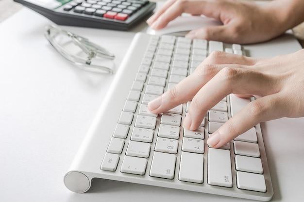 Sluit omhoog van het typen van de vrouw op computertoetsenbord kan voor elektronische handel, zaken, technologie en internet-concept worden gebruikt
