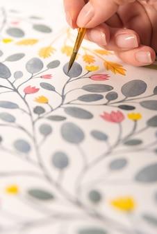 Sluit omhoog van het verschillende kleurrijke ontwerp van de bloemenaard dat met borstel en waterverven op papier wordt geschilderd