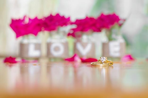 Sluit omhoog van het wieden van ringen voor de achtergrond van valentine of huwelijksachtergrond