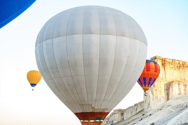Sluit omhoog van hete luchtballon die voor vlucht wordt voorbereid