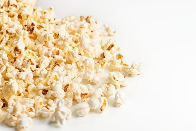 Sluit omhoog van hooppopcorn die op wit wordt geïsoleerd. concept van lekker eten.