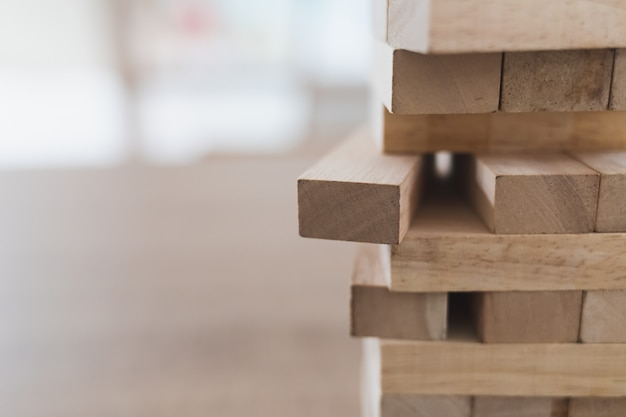 Sluit omhoog van houten blokkentoren (jenga) en kopieer ruimte, zijaanzicht