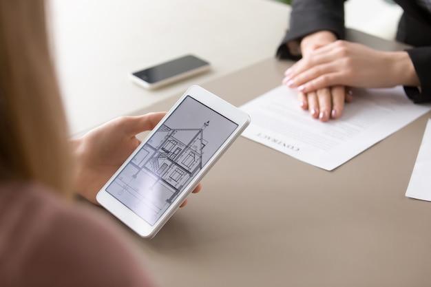 Sluit omhoog van huisplan op tablet, onroerende goederencontract