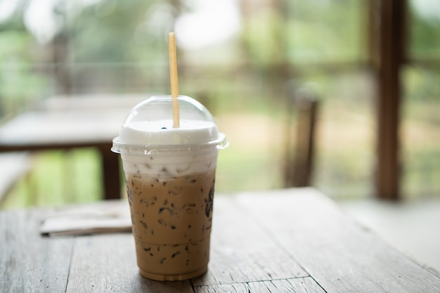 Sluit omhoog van ijskoffie op houten lijst