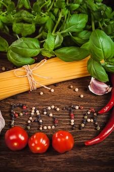 Sluit omhoog van ingrediënt op italiaanse maaltijd