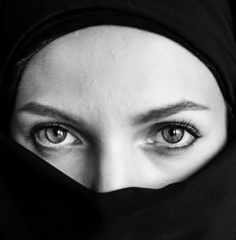 Sluit omhoog van islamitisch vrouwenportret